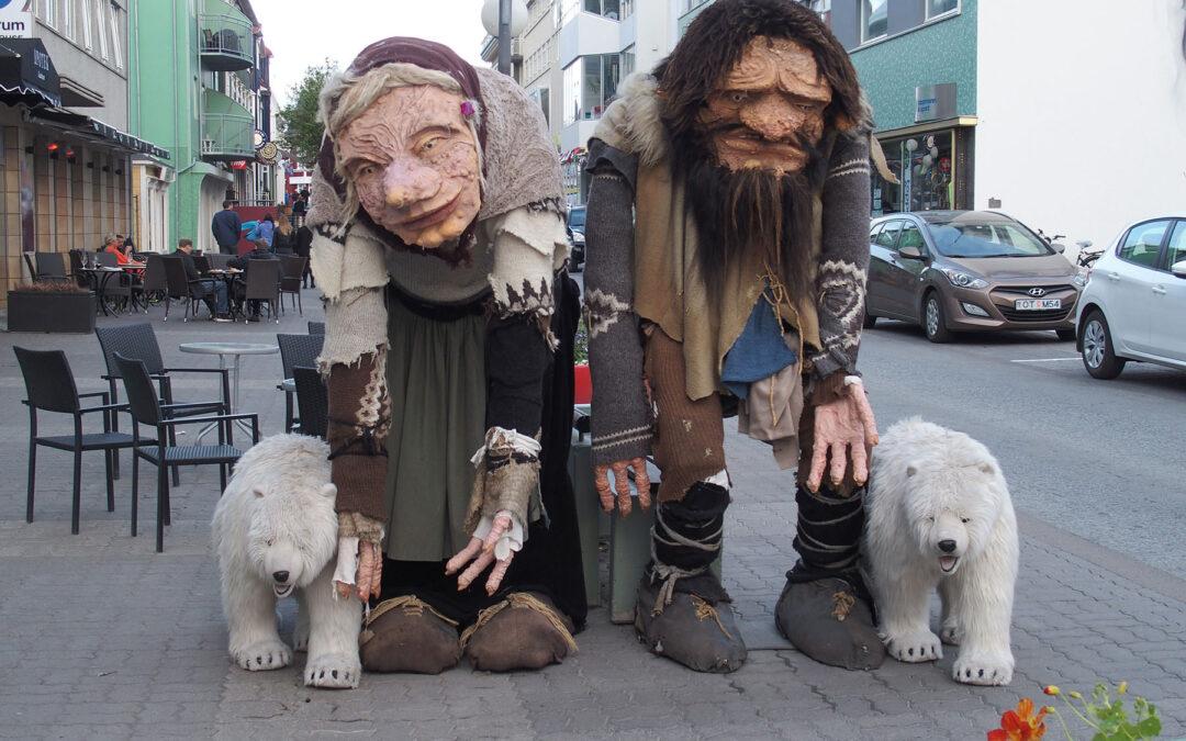 Große Trollfiguren grüßen in der Fußgängerzone von Akureyri, der Hauptstadt des Nordens von Island