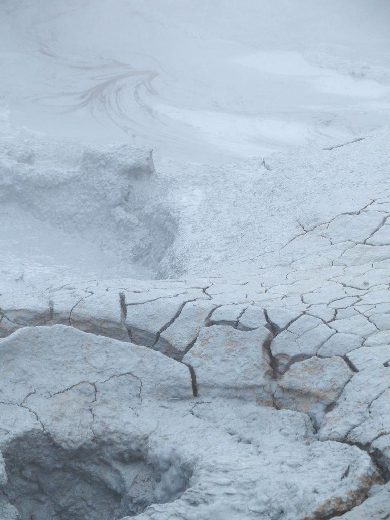 Schwefeldampf, aufgebrochener Boden, grau, Island