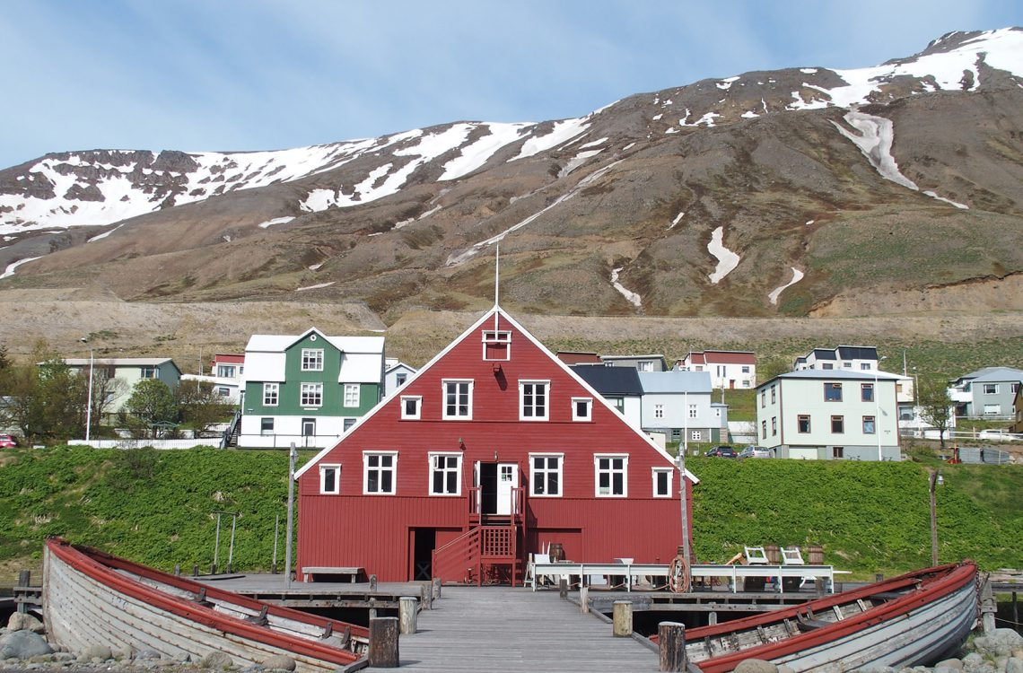 In dem roten Haus ist das Heringsmuseum von Siglufjördur beheimatet
