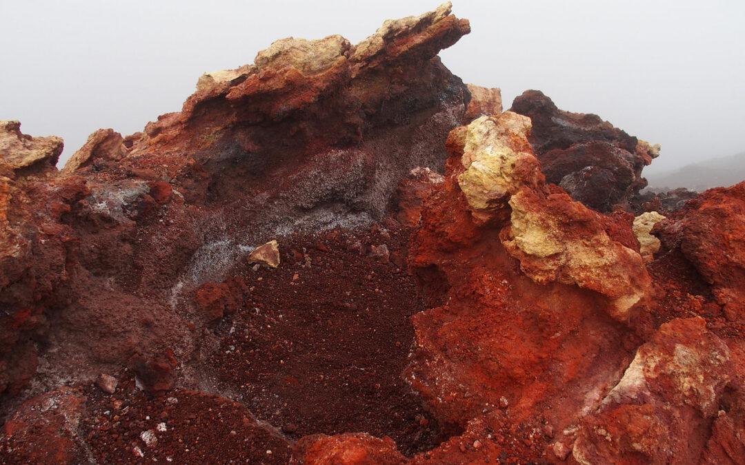 Bunte Lava auf Heimaey, der größten Westmännerinsel vor der Küste Islands