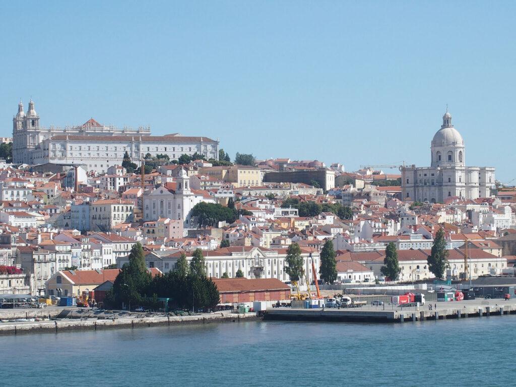 Lissabon - Stadtpanorama vom Rio Tejo aus