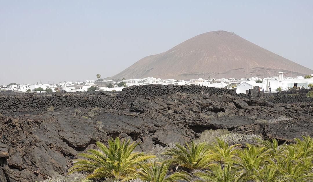 Lanzarote begeistert mit weißen Häuser vor schwarzem Vulkangestein